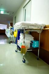 病院の廊下と清掃道具