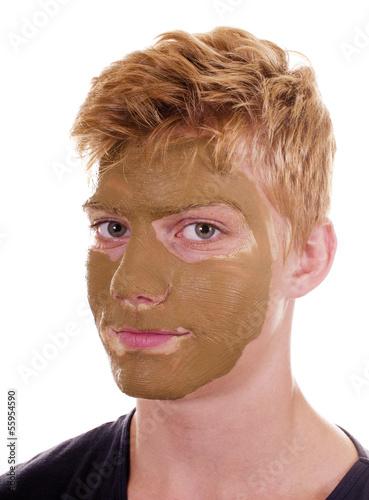Teenager mit Heilerde Gesichtsmaske