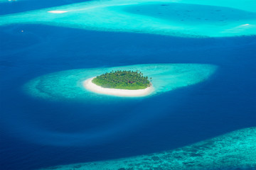 fototapeta widok z samolotu na wyspie w Malediwach
