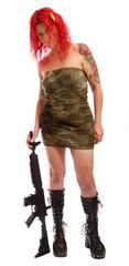 Rothaarige Frau in Uniform mit Gewehr