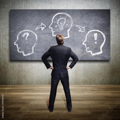 Geschäftsmann vor der Visualisierung des Konzepts Idee