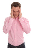 Mann hat Kopfschmerzen oder Migräne - isoliert