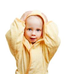 Kind im Bademantel trocknet Haare