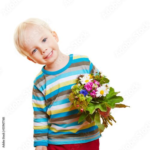 Lachender Junge mit bunten Blumen