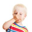 Kind hält sich die Nase zu
