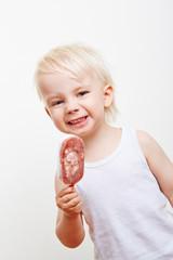 Lachendes Kind mit Eis am Stiel
