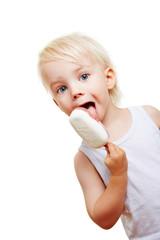 Kleines Kind mit Eis am Stiel