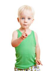 Kind hält ausgestreckten Zeigefinger hoch