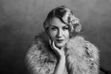 Frau im Retro Look der 20er Jahre