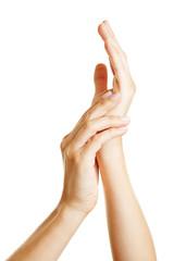 Hände cremen sich ein mit Feuchtigkeitscreme