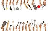 Viele Hände halten verschiedene Küchenwerkzeuge