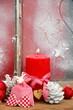 rote Adventskerze mit Schleife