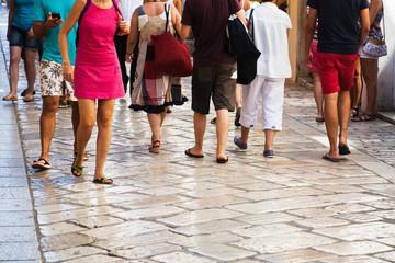 Touristen schlendern durch einen Touristenort in Kroatien