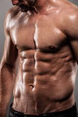 Definierte Bauchmuskeln von jungen Mann