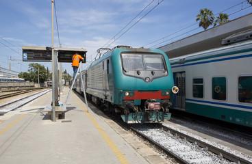 Treno in arrivo alla stazione