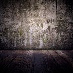 Alte Betonwand mit dunklem Holzfußboden