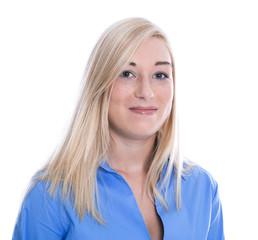 Junge blonde Frau mit Bluse in blau isoliert mit langen Haaren