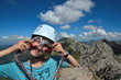 Mädchen blickt frech beim Klettern