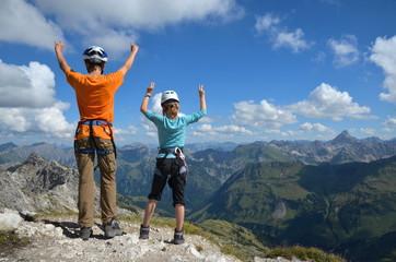Kinder haben Spass beim Klettern