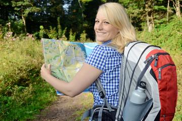 Frau beim Wandern mit Wegekarte