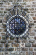 Vergittertes Kirchenfenster