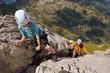 Kinder klettern am Klettersteig