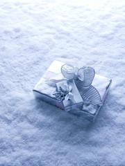 Weihnachtsgeschenk mit silberner Schleife