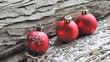 trois boules de noël sur fond en bois