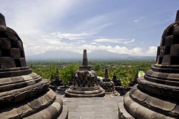 Java, Tempelanlage von Borobodur; Vulkanlandschaft