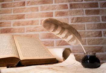 alte schreiberstube tisch buch pergament feder fass