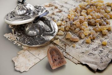 Weihrauch, Zimbeln und Buddha auf alter Sanskrit-Schrift