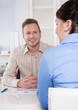 Berater - Mann im Beratungsgespräch lachend