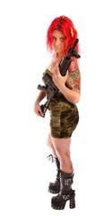 Deutsche rothaarige Frau mit Gewehr