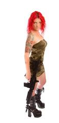 Rothaarige Sexy Frau in Uniform mit Gewehr