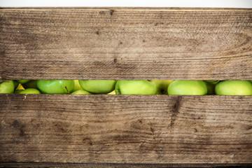 Grüne Apfel in Holzkiste