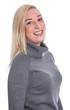 Portrait lachende junge blonde Frau isoliert im Pullover