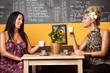 2 Frauen unterhalten sich im Cafe