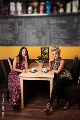 2 hübsche Frauen im Cafe