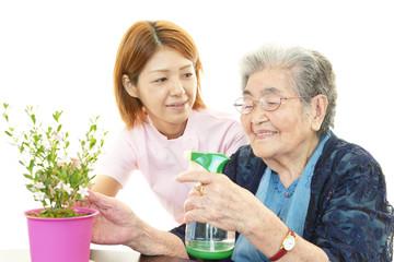 笑顔の高齢者と看護士