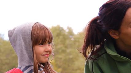 маленькая девочка и женщина корчат гримасы, смеются