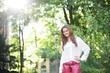 Junge Frau in pinken Lederhosen