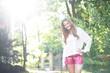 Attraktives Mädchen in Lederhosen