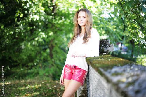 Hübsche Frau in Lederhosen