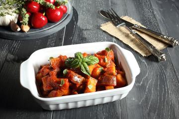 verdura melanzane in salsa di pomodoro sfondo grigio