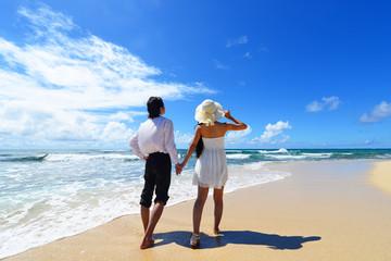 沖縄の美しいビーチで寛ぐカップル