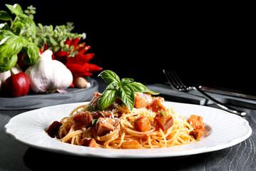 pasta italiana spaghetti con verdure sfondo nero