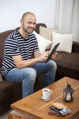 Jeune homme utilisant une tablette