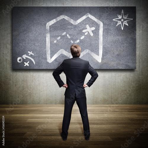 Mann vor Karte als Symbol für eine Strategie