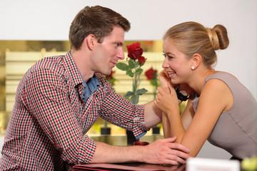 Junger Mann streichelt seine Partnerin