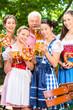 Biergarten - Freunde trinken Bier in Bayern